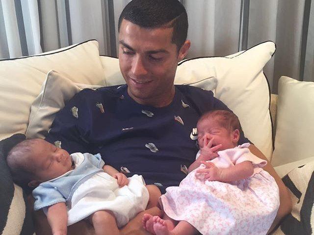 Cristiano Ronaldo paga por dos niños que son gemelos